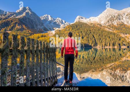 L'homme à admirer les montagnes sur l'Antholzer voir dans la vallée d'Antholz, Tyrol du Sud, Bolzano, Italie
