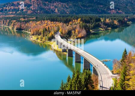 Bad Tölz, Bavière, Allemagne, Europe. Pont de Sylvenstein en automne saison Banque D'Images