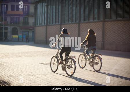 Deux jeunes femmes en location à Barcelone, Catalogne, Espagne Banque D'Images