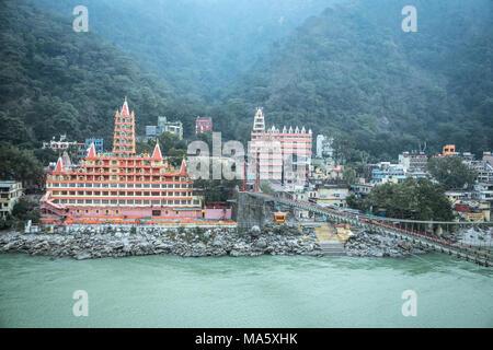 Vue de la rivière Ganga, Lakshman Jhula bridge et Tera Manzil Trimbakeshwar Temple, à Rishikesh Inde - 11 janvier 2018: Banque D'Images