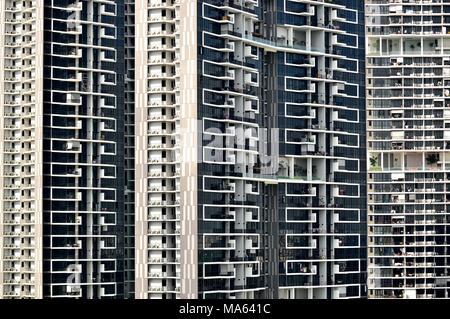 Vue de face d'une énorme tour moderne appartement de logement public à Singapour avec des détails de conception et les éléments architecturaux Banque D'Images