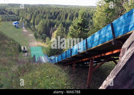 Vue sur la station de ski de sauter du haut de la montagne. Okura au moment de la journée en été Banque D'Images