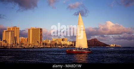 Vue latérale du yacht de luxe avec vue panoramique de Waikiki, Honolulu, Hawaï. Banque D'Images