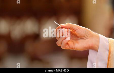 Prêtre donne la sainte communion aux fidèles et lieu vide pour le texte
