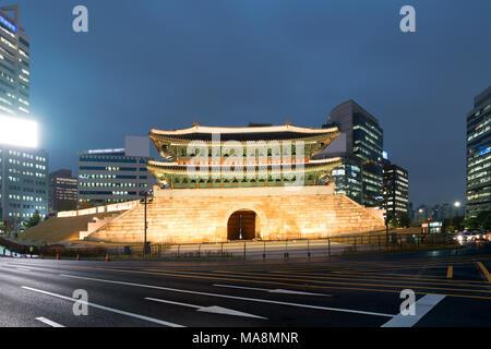 La porte Namdaemun à Séoul la nuit à Séoul, Corée du Sud. Banque D'Images