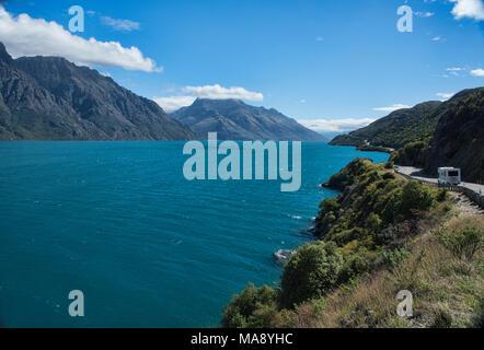 La conduite de la route le long du lac Wakatipu Glenorchy près de Queenstown, Nouvelle-Zélande Banque D'Images