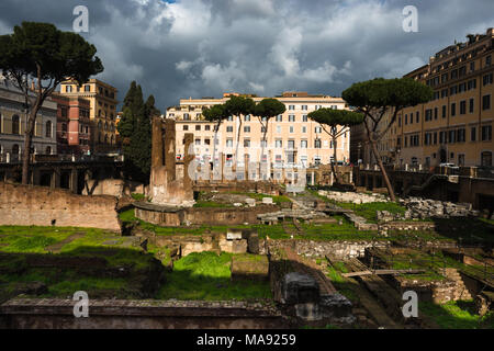 Largo di Torre Argentina est un carré à Rome, Italie, avec quatre temples romaine et les vestiges de Pompey's Theatre. Rome. Le Latium. L'Italie. Banque D'Images