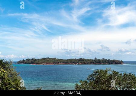 L'île de Ross est la vue de dessus. Une petite île au centre de l'océan. sur fond de ciel bleu et nuages Banque D'Images