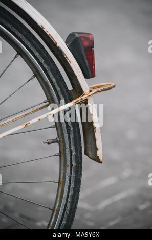 Détail de la roue arrière et garde-boue rouillée d'un vieux vélo