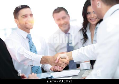 Deux beaux hommes serrant la main à sourire tout en étant assis sur le c Banque D'Images