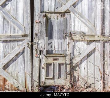 Vieille porte sur le côté d'une ancienne grange Banque D'Images