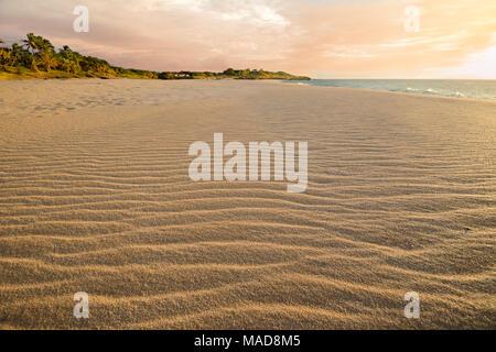 Vent souffle ondulations dans le sable sur les deux mille de long, trois cents pieds de largeur, Papohaku Beach sur la rive ouest de Molokai. C'est la plus longue white-s Banque D'Images