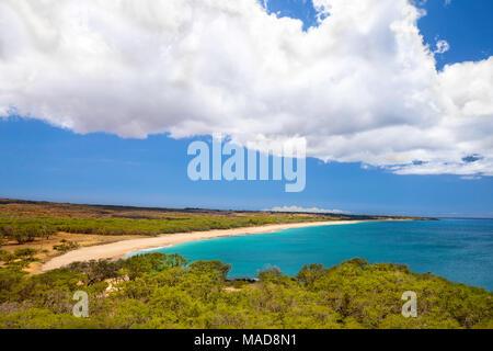 Un bel après-midi sur les deux mille de long, trois cents pieds de largeur, Papohaku Beach sur la rive ouest de Molokai. C'est la plus longue plage de sable blanc Banque D'Images