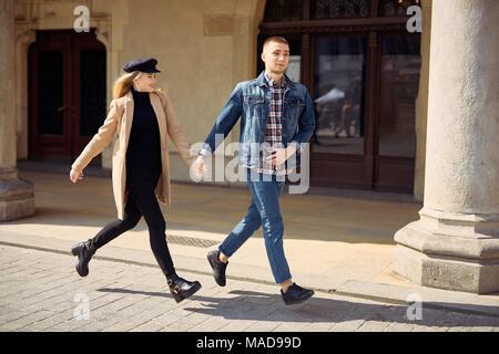 Quel beau couple exécuté sur la rue et sourire Banque D'Images