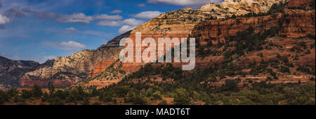 Vue colorée de formations de roche rouge en cascade la distance de passage de Vultee sentier de randonnée pédestre sur une journée ensoleillée avec ciel bleu et nuages, Sedona, Arizon Banque D'Images
