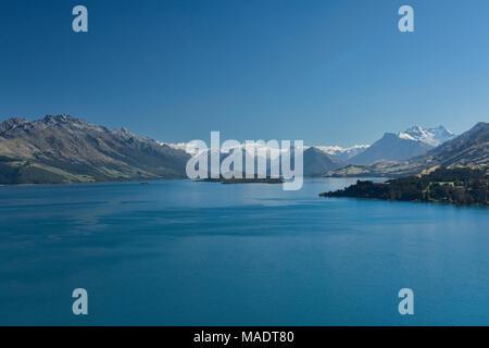 Vues vers la vallée de Dart et Mount Earnslaw à travers le lac Wakatipu, vu de Bennett's Bluff, South Island, New Zealand Banque D'Images