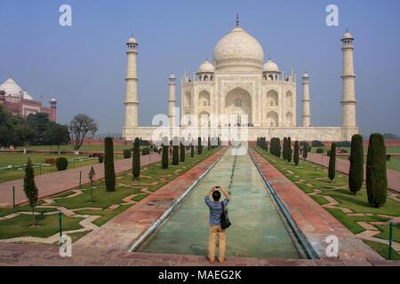 Tourist photographing Taj Mahal à Agra, Uttar Pradesh, Inde. Il a été construit en 1632 par l'empereur Shah Jahan à la mémoire de sa seconde épouse Mumtaz Mah Banque D'Images