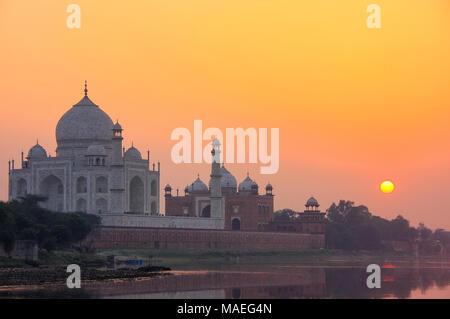 Taj Mahal reflète dans la rivière Yamuna au coucher du soleil à Agra, en Inde. Elle a été commandée en 1632 par l'empereur Moghol Shah Jahan pour abriter la tombe de son fa Banque D'Images