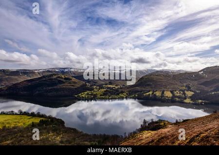 En regardant vers l'Ullswater Hallin est tombé de Gowbarrow Fell avec le ciel magnifiquement reflété dans le lac Banque D'Images