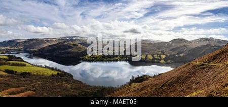 Vue panoramique de Ullswater du côté de Gowbarrow Fell est tombé avec le ciel reflété dans le lac calme Banque D'Images