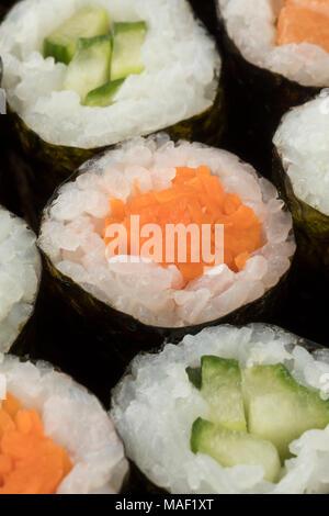 Cuisine japonaise sushi maki à la carotte et le concombre close up Banque D'Images