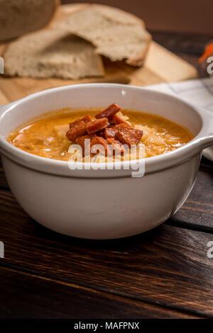 Soupe de choucroute cuisine tchèque avec de la saucisse et les pommes de terre dans un plat blanc sur la table en bois sombre. Banque D'Images