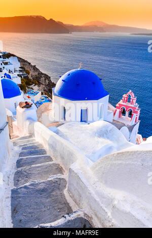 Santorin, Grèce. Oia, village blanc avec des chemins étroits, pavées célèbre attraction des îles Cyclades, Grèce mer Egéé. Banque D'Images