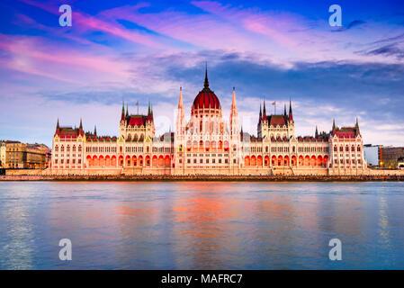 Budapest, Hongrie. Incroyable coucher du soleil image de bâtiment du parlement hongrois et le Danube. Banque D'Images
