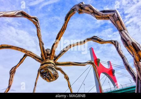 Pont de La Salve par Buren et araignée Sculpture par Elizabeth Bourgeois, Bilbao, Pays Basque, Espagne Banque D'Images