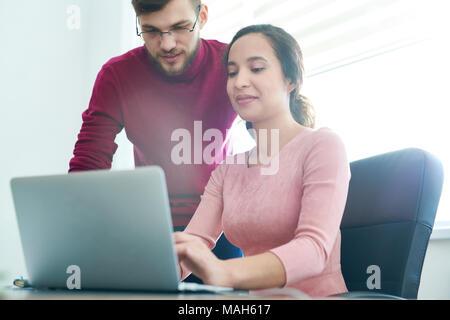 La composition de l'équipe heureuse lettre électronique des partenaires d'affaires Banque D'Images