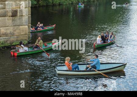 Les gens en vacances (familles, amis, des couples) relaxant et s'amusant, la navigation de plaisance dans les barques sur la rivière Nidd - l'été à Knaresborough, England, UK. Banque D'Images