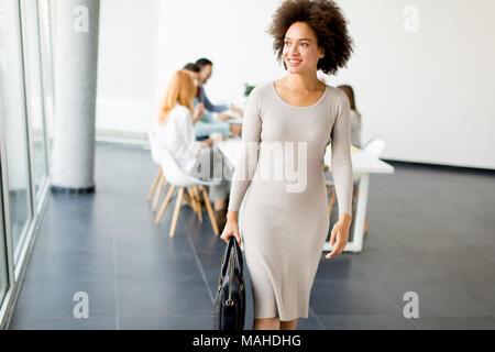 Avis aux gens d'affaires de discuter d'une stratégie et d'œuvrer ensemble en cabinet pendant que young businesswoman quitter office Banque D'Images