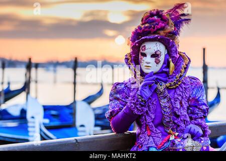 Venise, Italie. Carnaval de Venise, beau masque à la place Saint Marc. Banque D'Images