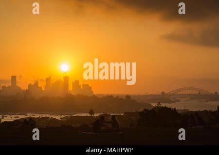 Un coucher de soleil spectaculaire à Dudley Page Réserver, banlieue Est de Sydney. De superbes vues sur la ville de Sydney au coucher du soleil. Banque D'Images