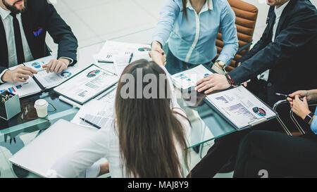 Poignée de partenaires d'affaires après avoir discuté des modalités d'un nouveau contrat sur le lieu de travail dans un bureau moderne Banque D'Images