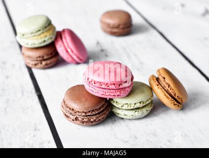 De délicieux biscuits macaron macarons ou sur une tablette. Pause café scène avec ses macarons colorés et focus sélectif. Banque D'Images
