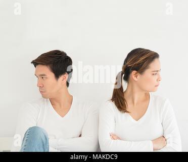 Amoureux de l'Asie ou l'amour couple rupture divorce concept, amant revenir en arrière sur le lit avec fond blanc avec copie espace famille, les ou Banque D'Images