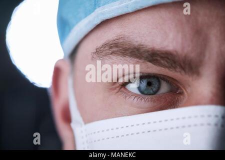 Travailleur de la santé de sexe masculin dans scrubs head shot, à proximité de la récolte