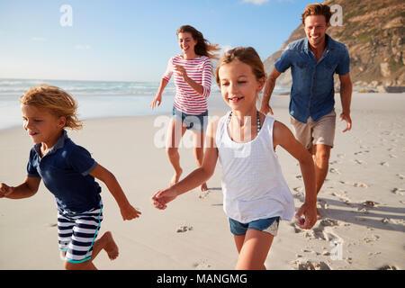 Les parents le long de plage avec les enfants en vacances Banque D'Images