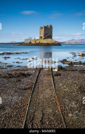 Château de Stalker est une tour médiévale sur un petit îlot rocheux à l'embouchure du Loch Laich. Il est situé à environ 2,4 km au nord est de Port App Banque D'Images