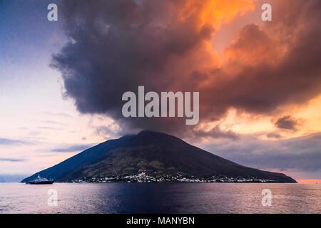 Le volcan Stromboli appartient à l'archipel des îles éoliennes. Banque D'Images