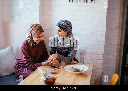 Deux femmes musulmanes au café, réunion d'amis Banque D'Images