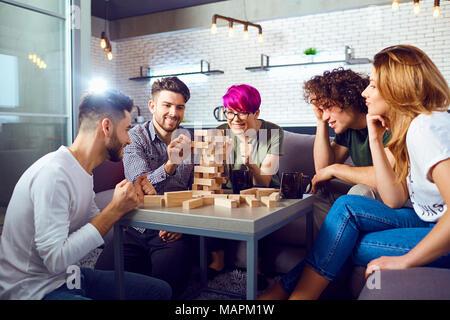 Un groupe d'amis jouer à des jeux de société dans la salle. Banque D'Images