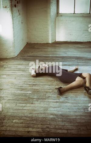 Femme morte allongée sur le marbre Banque D'Images