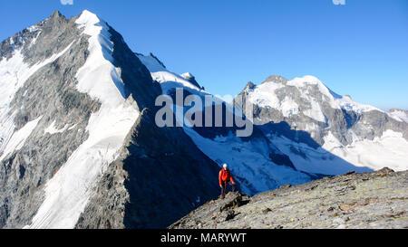 Guide de montagne en voie d'un haut sommet alpin près de Pontresina dans les Alpes Suisses avec le majestueux Bianco Ridge et le Piz Bernina à l'arrière-plan Banque D'Images
