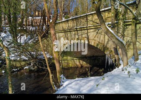 UK,South Yorkshire,Sheffield,Glen Rivelin Pont sur la rivière Banque D'Images
