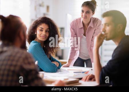 Réunion bureau. jeune femme présente son projet à ses collègues Banque D'Images