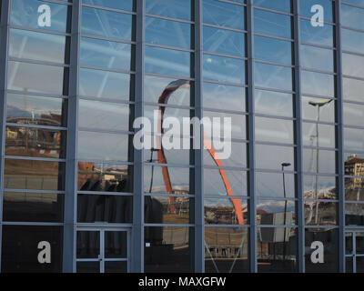 TURIN, ITALIE - CIRCA JANVIER 2018: Arco Olimpico (sens de passage Olympique) passerelle pour piétons reflétée sur verre Banque D'Images