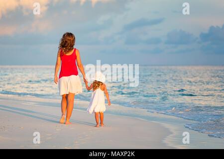 Mère et fille marchant sur la plage Banque D'Images