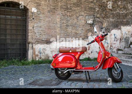 Un bâtiment moderne Vespa scooter stationné sur une rue pavée dans le région de Trastevere de Rome, en Italie.